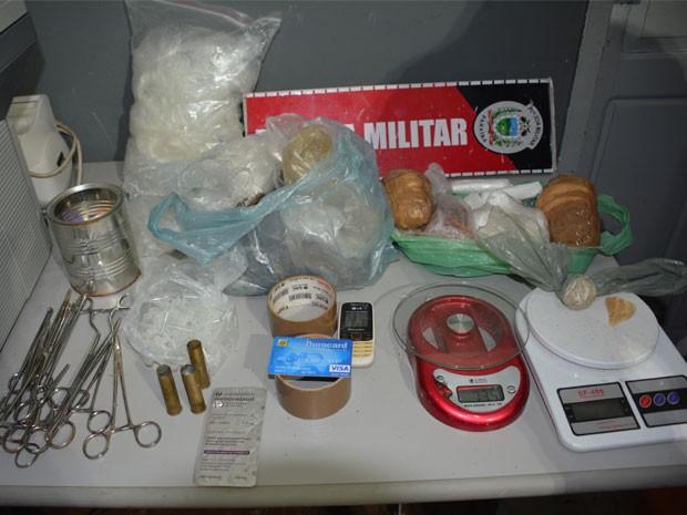 Na residência onde a mulher foi detida foram encontradas drogas, cartuchos de balas e balanças de precisão (Foto: Walter Paparazzo/G1)