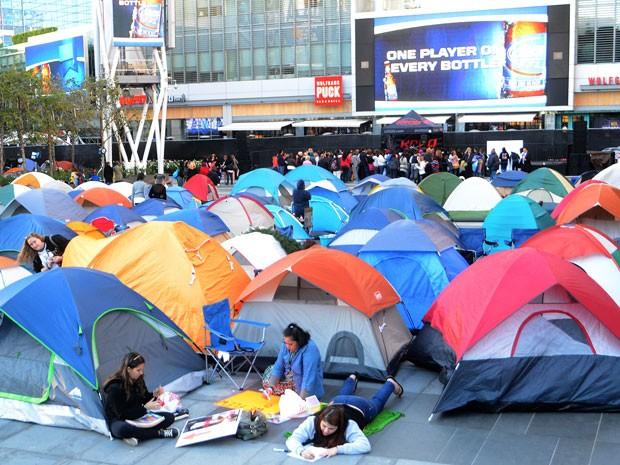 Milhares de fãs de 'Crepúsculo' acampam em Los Angeles para ver a première mundal do último capítulo da franquia, 'Amanhecer – Parte 2' (Foto: AFP/Joe Klamar)