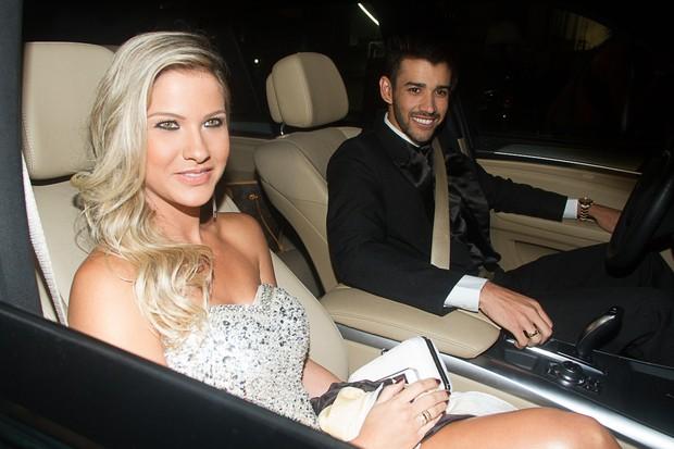 Gusttavo Lima e Andressa Suita chegam para o casamento de Edson (Foto: Claudio Augusto e Amauri Nehn / Foto Rio News)