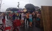 Artesãos do Mercado do Artesanato realizam ato contra leilão do imóvel (Roberta Cólen/G1)