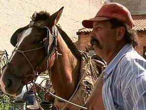 Carroceiro nega maus-tratos aos animais (Foto: Reprodução/TV TEM)