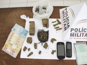Polícia apreende drogas em Bambuí (Foto: Marco Antônio/Tv Bambuí)