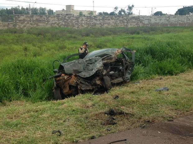 Condutor do carro morreu no local do acidente em rodovia de Campo Grande (Foto: Leandro Oliveira/TV Morena)
