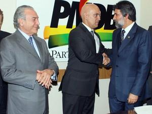 Ao lado do vice-presidente Michel Temer, Alexandre de Moraes cumprimenta Valdir Raupp, presidente do PMDB (Foto: Ribamar Rodrigues)
