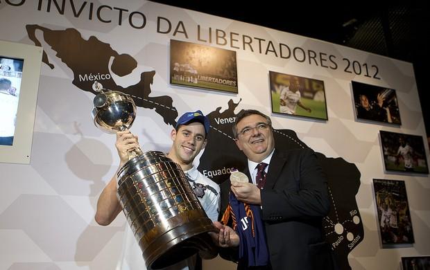 O medalhista olímpico posou com o trófeu da competição da Libertadores este ano (Foto: Divulgação)