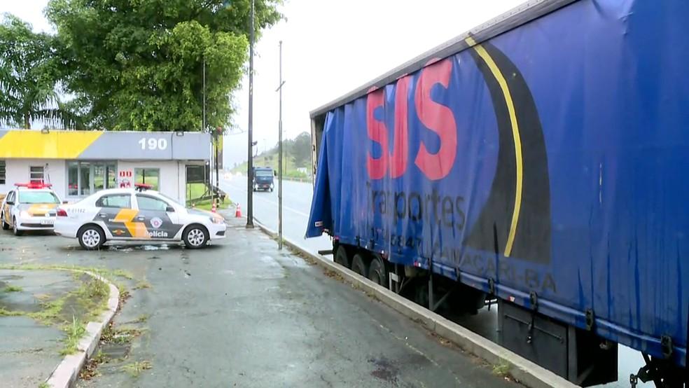 Carreta que transportava uma tonelada de maconha foi flagrada na rodovia dos Imigrantes (Foto: Reprodução/TV Globo)