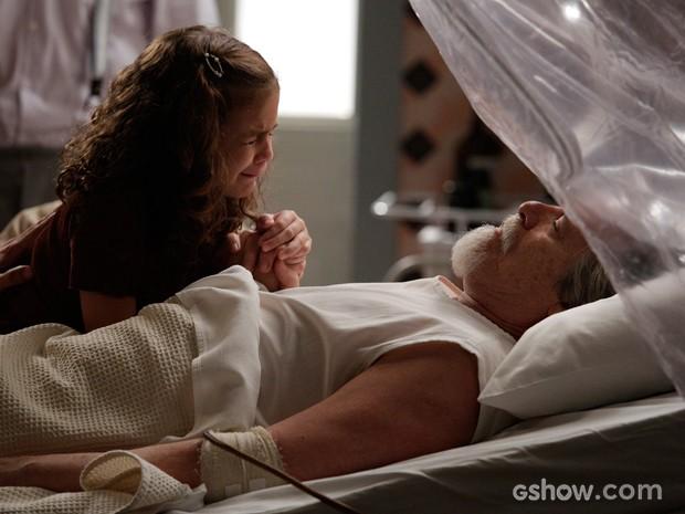 Pérola chora ao ver avô quase morrendo (Foto: Fábio Rocha/TV Globo)