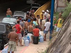Sem abastecimento em casa, moradores se viram para conseguir água em Salvador (Foto: Imagem/ TV Bahia)