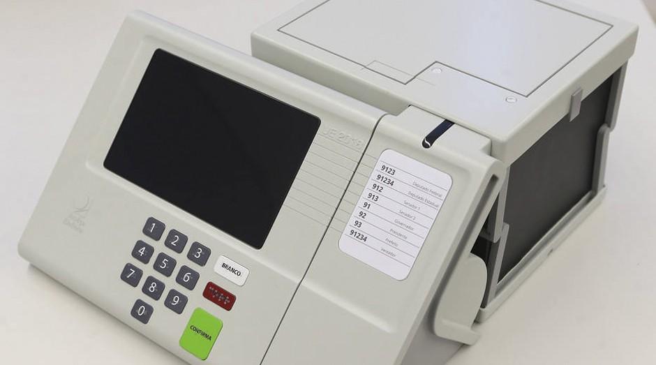 Nova urna eletrônica para eleição de 2018 será equipada com impressora e repositório de voto impresso.   (Foto: Estadão Conteúdo)