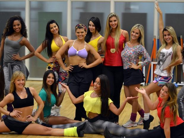 Bailarinas aceitam pedido de desculpas e recebem Tatiele em ensaio (Foto: Divulgação)