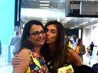 Nicole Bahls tira foto com fãs no aeroporto do Rio