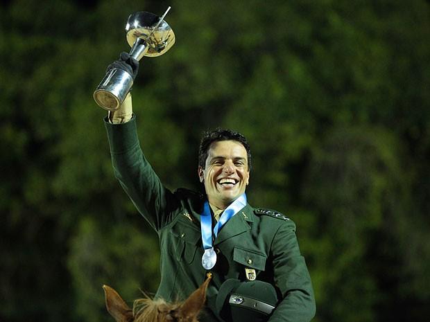 Théo ergue o troféu de campeão (Foto: Salve Jorge/TV Globo)