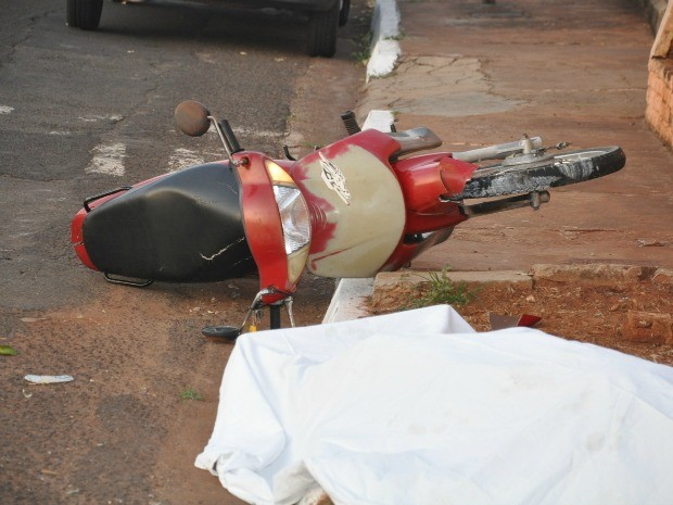 Segundo os bombeiros, vítima sofreu traumatismo craniano e no tórax (Foto: Leandro Abreu/G1 MS)
