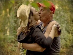 Ex-casal não resiste e se entrega à paixão (Foto: Avenida Brasil/TV Globo)