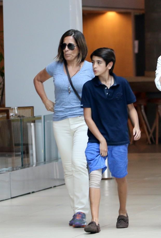 Glória Pires com o filho  (Foto: Fabio Moreno / AgNews)