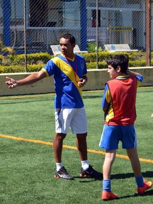 Elivélton é dono de uma escolinha de futebol em Alfenas, MG (Foto: Tiago Campos)