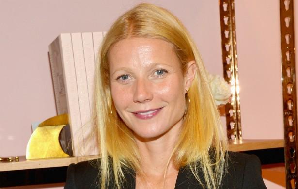 """Após dar à luz sua segunda criança, a filha Apple, Gwyneth Paltrow teve depressão pós-parto. Foi o então marido, Chris Martin, que a fez perceber do que se tratava a tristeza que lhe deixava """"como um zumbi"""", nas palavras dela. (Foto: Getty Images)"""