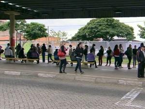Passageiros no terminal do Campo Grande em Campinas (Foto: Reprodução/ EPTV)