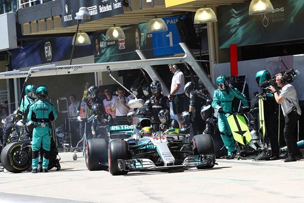 Lewis Hamilton fazendo seu pit stop na volta 43 colocando pneus supermacios (Foto: Beto Issa/GP Brasil de F1)