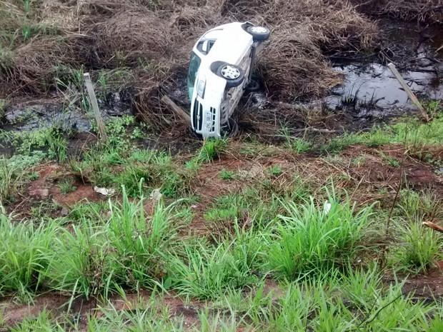 Veículo caiu em uma mata na lateral da Rodovia do Sol (Foto: Rodrigo Maia/ TV Gazeta)