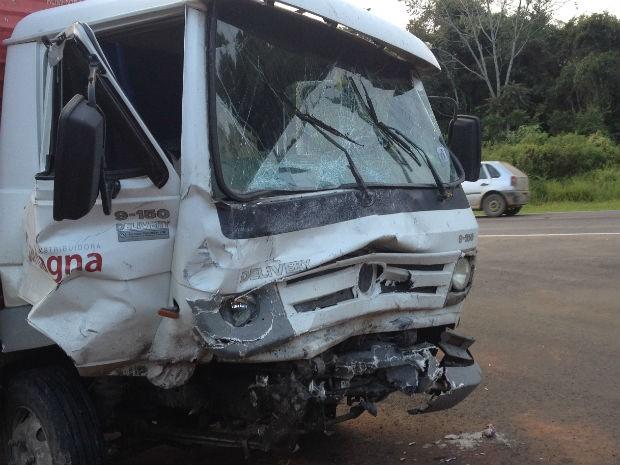 O motorista do caminhão foi encaminhado ao Pronto Socorro Municipal com ferimentos leves (Foto: Flávio Bernardes/RPC TV)