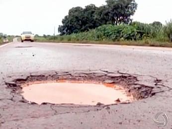 Muitos buracos e e deformações na pista de rolamento  foram constatados (Foto: Reprodução/TVCA)