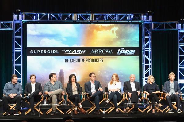 Andrew Kreisberg se reúne em apresentação com demais produtores executivos do estúdio (Foto: Getty Images)
