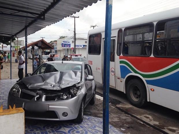 Carro e ônibus bateram na Avenida 14 de Julho, no bairro do Rangel (Foto: Walter Paparazzo/G1)