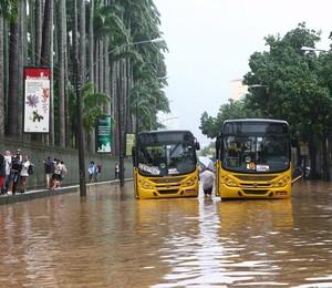 Enchentena Avenida Jardim Botânico em frente ao Jardim Botânico (Foto: Marco Antonio Cavalcanti / Agência O Globo.)