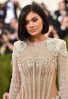 Kylie Jenner usa look colado com transparência e exibe corpaço no MET