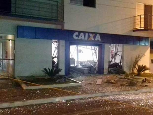 Quadrilha explodiu caixas eletrônicos em Bom Sucesso, MG, na madrugada desta sexta-feira (31) (Foto: Reprodução/EPTV)