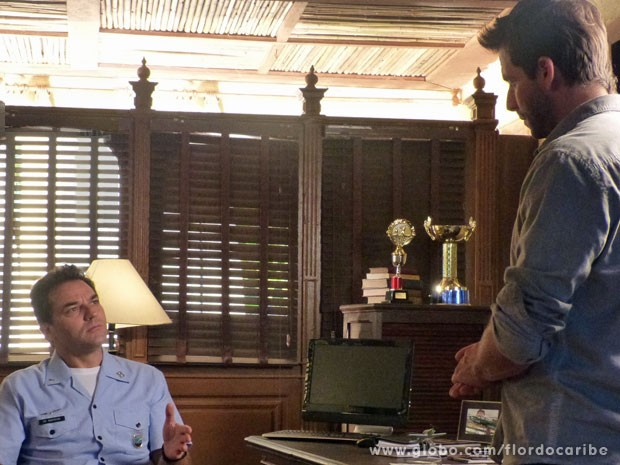 Cassiano passa informação de Dom Rafael para Mantovani (Foto: Flor do Caribe / TV Globo)