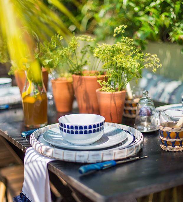 Em uma refeição ao ar livre, colocar plantinhas em vaso de barro pode ser uma ideia simples, delicada e temática. Combinada com a louça certa, os convidados entrarão no clima natural. (Foto: Rogério Voltan/Casa e Comida)