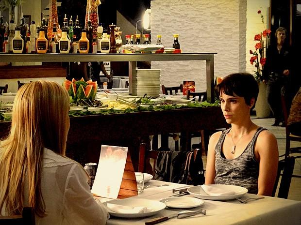 Max se esconde ao ver Carminha na mesa com Nina (Foto: Avenida Brasil / TV Globo)