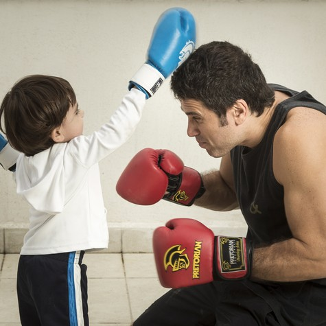 Eriberto Leão e o filho João, golpeando o pai de brincadeira (Foto: Leo Martins)