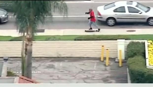 Jesus Zamora tentou fugir de skate (Foto: Reprodução/YouTube/CNN)