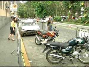Carros destruídos em acidentes chamaram atenção em Friburgo (Foto: Reprodução / Inter TV)
