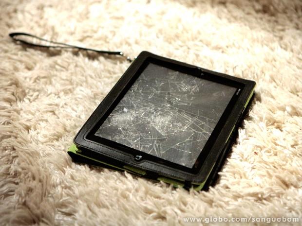 Tablet de Sueli fica um caco depois de ataque de Amora (Foto: Sangue Bom/ TV Globo)