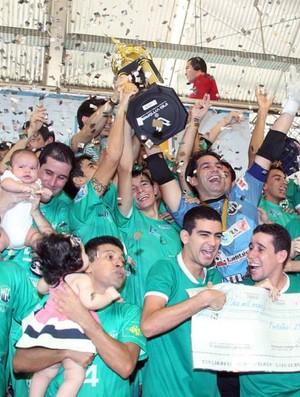 Maranguape ergue a taça de campeão da Copa TVM de futsal (Foto: Zé Rosa Filho/FCFS/Divulgação)