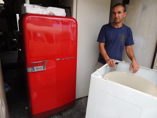 Luiz Carlos do Santos quase não recebe mais geladeiras para arrumar (Foto: Carolina Paes/G1)