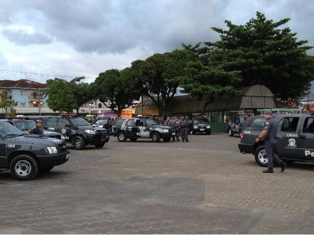 Polícia realiza operações pelas ruas de Guarujá, SP (Foto: Cristiane Amaral/TV Tribuna)