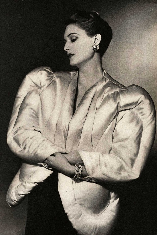 A Charles James evening jacket resembling an eiderdown, photographed for Harper's Bazaar, October 1938, by Horst P Horst (Foto: HORST P HORST)