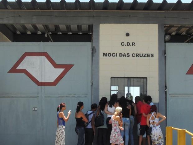 Familiares dos presos em busca de notícias, no CDP de Mogi das Cruzes   (Foto: Carolina Paes/G1)