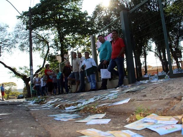 Eleitores aguardam para votar na Escola Municipal Anchieta, em Sumaré (Foto: Ella Oliveira)