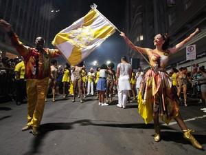 Descida da Borges é uma prévia dos desfiles do Porto Seco (Foto:  Joel Vargas/PMPA)