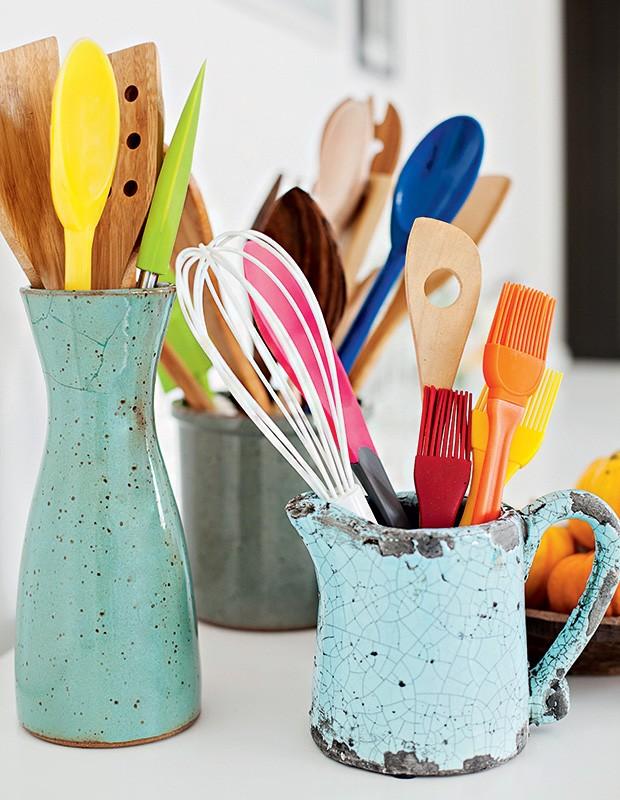 Recipientes de cerâmica, como jarras e vasos, guardam acessórios de cozinha com estilo. Vaso verde D. Filipa, utensílios Tramontina (de madeira) e Utilplast (Foto: Elisa Correa/Editora Globo)