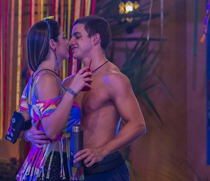Vivian e Manoel dançam coladinhos (Foto: Artur Meninea/Gshow)