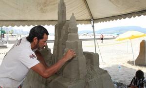 Praia do Gonzaga ganha esculturas de areia durante o fim de semana