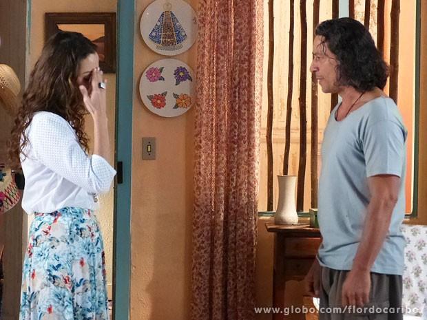 Bibiana e Donato suspeitam que Hélio tenha aprontado alguma coisa (Foto: Flor do Caribe / TV Globo)
