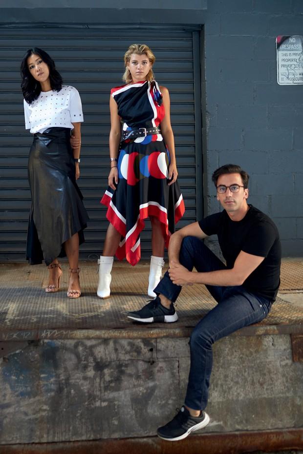 Em Nova York, os estilistas Laura Kim (à esquerda) e Fernando Garcia posam com Sofia Richie, que usa vestido de seda e botas do inverno 2017/18 da Monse (Foto: Pedro Arieta, Pascal Le Segretain, Theo Wargo e Victor Boyko / Getty Images e divulgação)